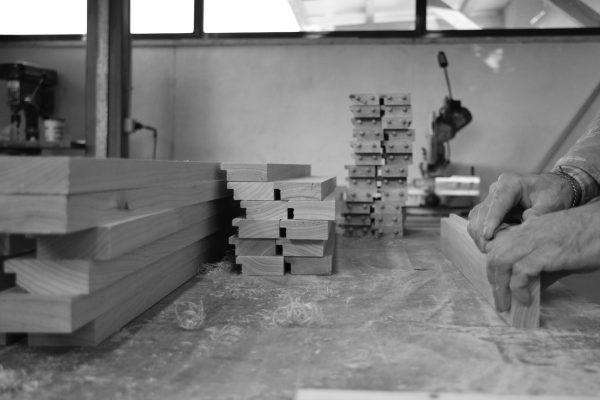 Artigiano a lavoro in progetto su misura-Identità